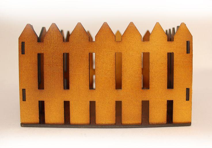 Подарочная упаковка с фанерным дном, с забором №2 выполнена в коричневом цвете за счет окраски морилкой. Размер упаковки в ширину 15 см, в высоту 10,5 см, в длину 17,5 см. Упаковка вставляется в пакет и служит ровной и прочной опорой для подарочных наборов. Выбрав упаковку, созданную в данном дизайне, вы сможете красиво и стильно преподнести подарок для своего друга или подруги. В упаковке с заборчиком будет отлично смотреться набор для дачи (семена, горшочки под рассаду, удобрения), набор…