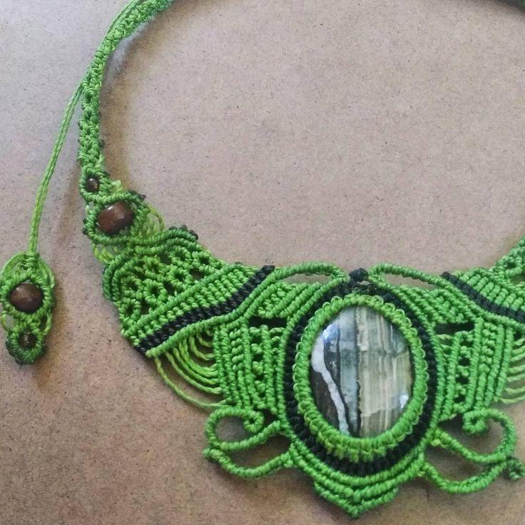 Green macrame necklace with natural onix 🎁#macramenecklace #macrame #handcrafted #uniquegift #sanpedrodeatacama #onix #naturalstone #buyhandmade #greenandbrown
