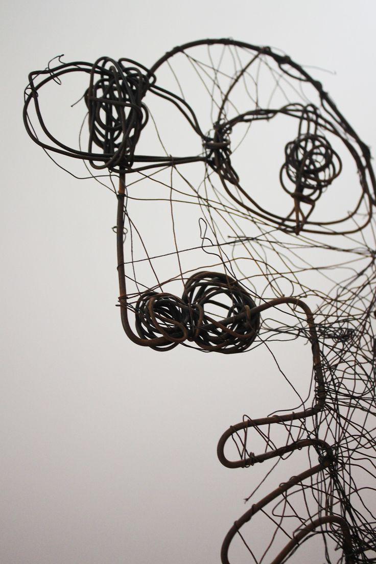 """Rodrigo Gárate Chateau. """"ACTOR"""" (2009). Dibujo al volumen de alambre. Esta pieza se transforma en el protagonista del objeto proyector """"El Actor"""" (http://rodrigogarate.cl/portafolio/el-actor/). Este nombre da cuenta de la posibilidad de actuar como imagen en distintas piezas, adoptando distintos roles según el texto al que se enfrenta. En la obra """"el actor"""" basta un poco de maquillaje (intervenciones con texturas) para adoptar otro rol."""