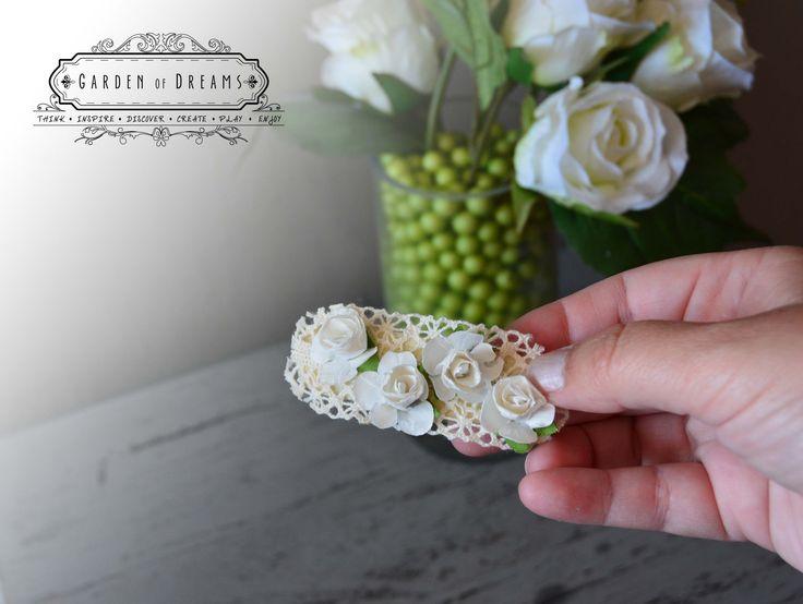 Pasador en color blanco y beige con encaje y flores blancas #pasador #beigeyblanco #encaje #flores #niñas