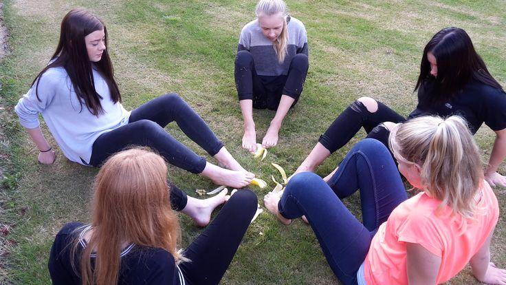 Pigerne skrælder bananer med fødderne!