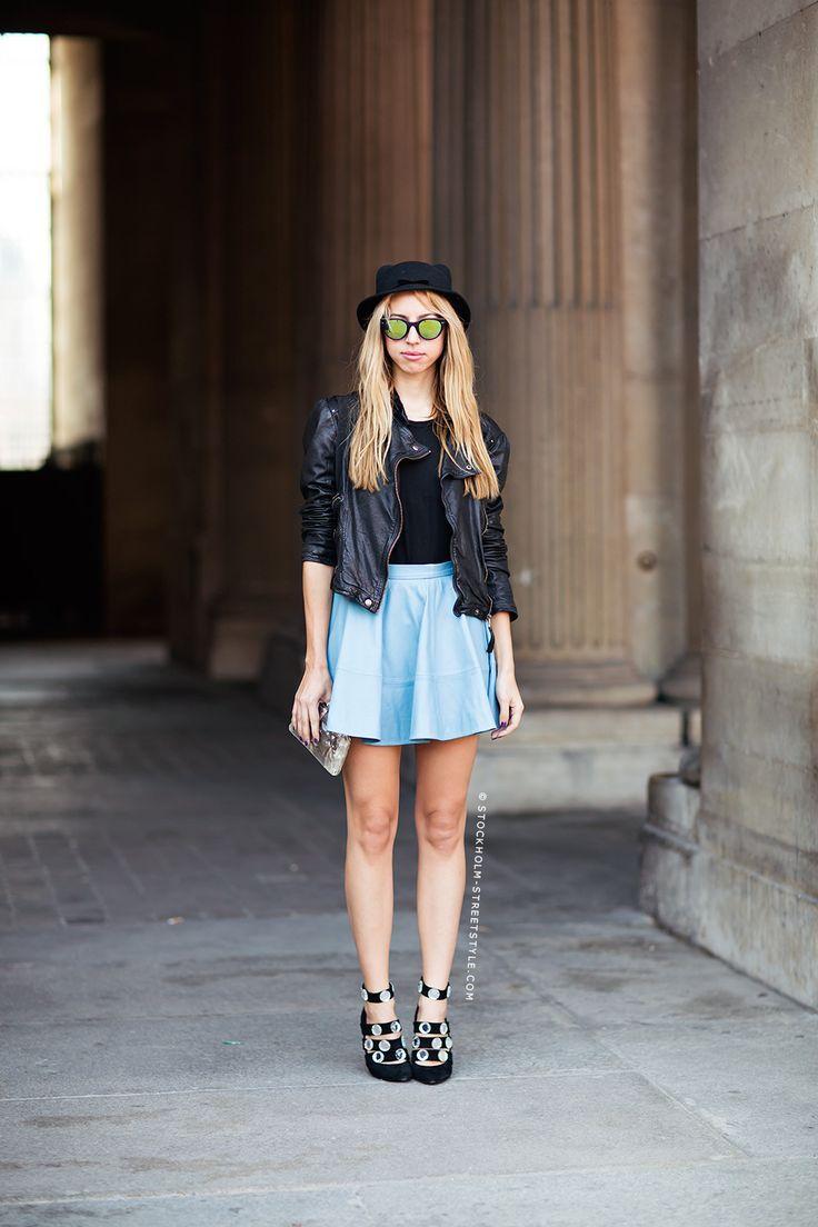 ilkbahar modasi casual bayan giyim  mini pileli mavi etek ile deri ceket