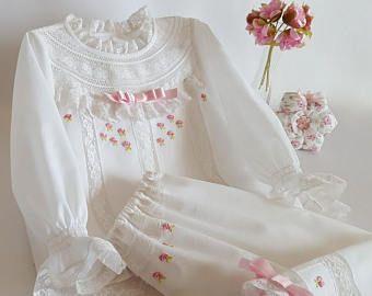 6ec5248e4 PIJAMA BEBÉ 9 12 MESES-conjunto niña-batista de algodón-camisa manga  larga-pantalón largo-puntillas valencienne-flores bordadas a mano BD07
