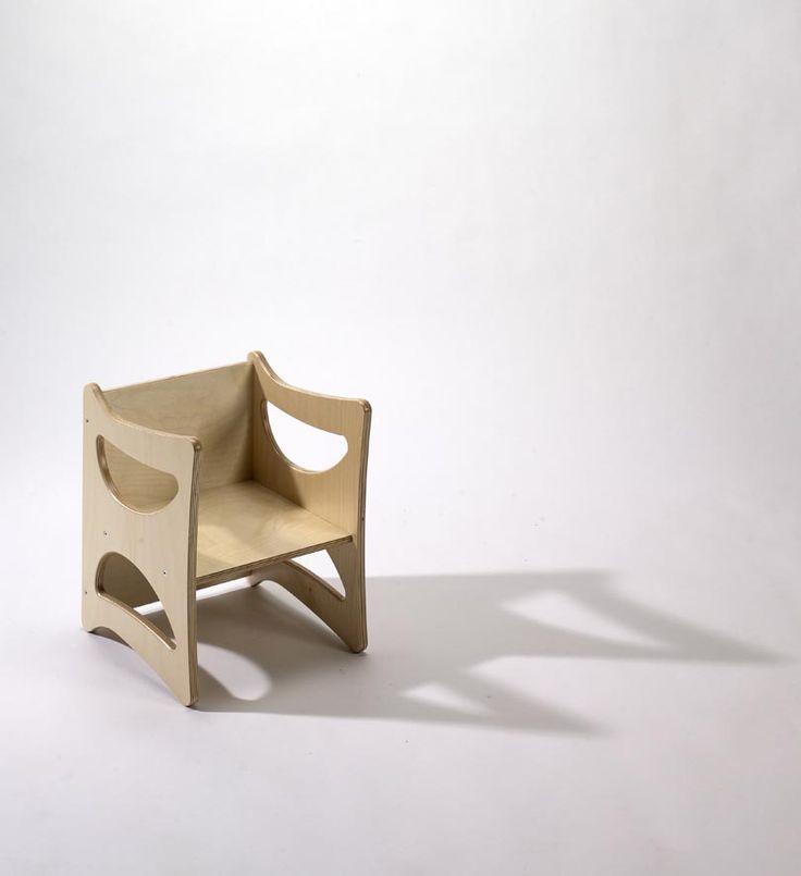 Seggiolina multiuso in legno multistrato di betulla verniciato al naturale. La caratteristica è la reversibilità. Perfetta per una cameretta in stile Montessori. Sedia in legno per bambini.