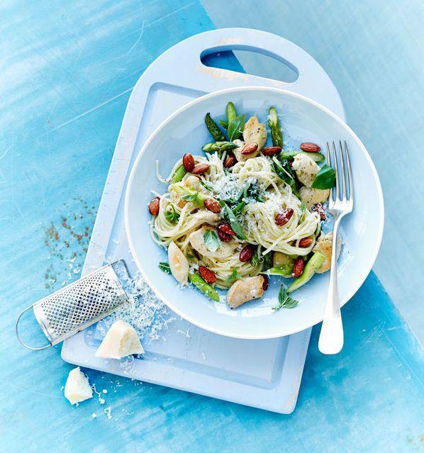 Deilig pasta med kylling, asparges og pasta som både ser deilig ut og smaker godt. Passer fint som lunsj eller i matboksen. For et glutenfritt alternativ, velg glutenfri pasta.