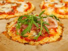 Eine Pizza, die glutenfrei und low cab ist: Der Teig wird aus Blumenkohl gemacht, darauf ein frischer Belag - lecker!