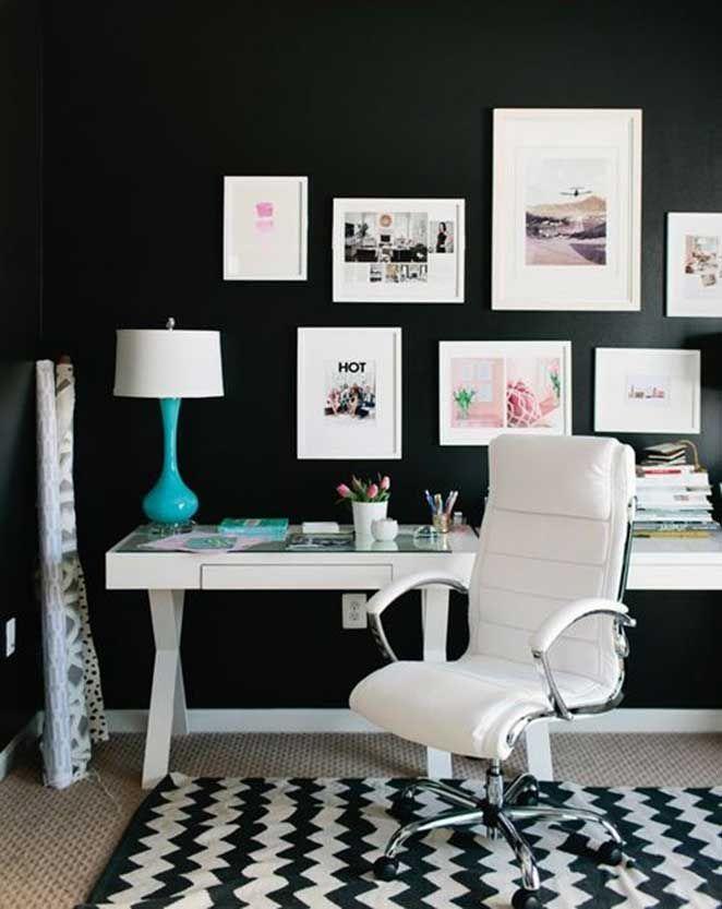 Além da parede preta normal, você pode usar uma parede preta lousa que faz com que o seu mood board se torne a parede inteira.