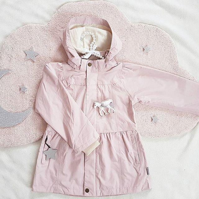 🌸 Mini a Ture 🌸 Nå gleder jeg meg så til våren, så vi kan få brukt de fine Mini A Ture jakkene fra @babyshopno🌱🌸 💕 Nyt kvelden 🍬🍫😊 _____ #babyshop #babyshopno #miniature_cph #spons #miniaturecph #vårklær #vårjakke #barneklær #kidsstyle #barnemote #kidsfahion #princess #fashion @monolo.no #monolono #teppe #carpet @thatsmine.dk #thatsminedk #veggdekor #walldecor #barneromsinspo