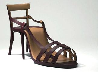je ziet een schoen (hak) maar je ook aan de achter achter kant een stoel en dat zorgt ervoor dat het staat
