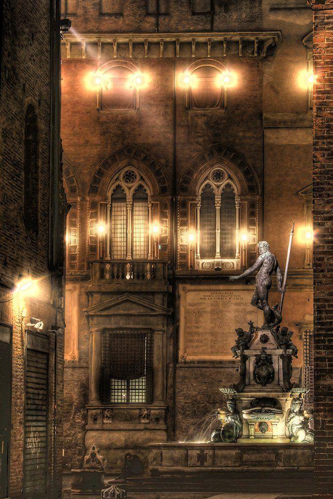 Bologna, Fontana del Nettuno, meraviglia del gotico con la statua del gianbologna