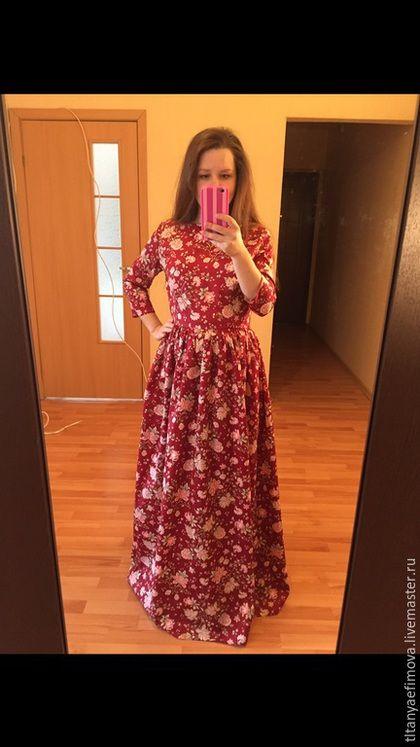 Купить или заказать Платье Бордо темно-красный с рукавами на осень на зиму в интернет-магазине на Ярмарке Мастеров. Платье Бордо темно-красное с рукавами выполнено из сатина 100% хлопок, сатин имеет небольшой шелковый блеск. Актуальный для этого сезона винный цвет, темно-красный с цветочным узором. Приятное к телу платье можно носить на работу, на прогулку, торжество, любое событие! Детали платья в наличии: Ворот лодочка Обхват груди до 86 см Обхват талии до 72-74 см Рукав прямой 40 см Длина…