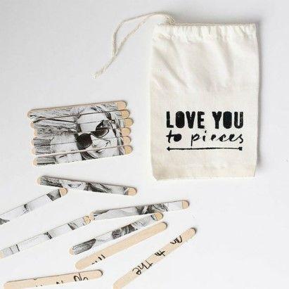 FotopuzzelBenodigdheden- een foto- houten stokjes- Mod Podge (lijm)- knutselmes- eventueel: linnen tasje + stempelZo ga je te werkPrint je f...