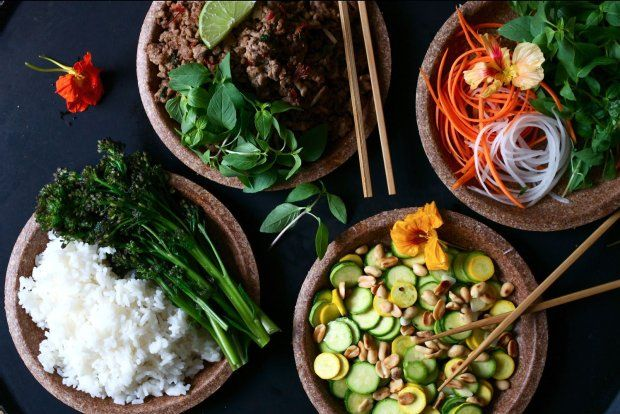 Pikantna, smażona wołowina z tajską bazylią, ryżem kokosowym i warzywami
