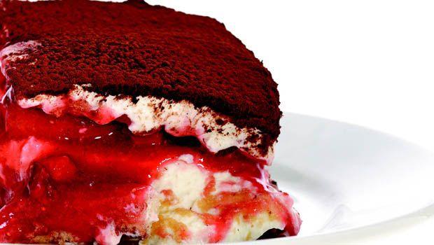 Wir geniessen den italienischen Dessert-Klassiker in einer sommerlich-fruchtigen Variation mit Erdbeeren.