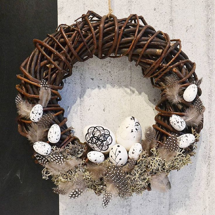 Z Vanocniho rovnou na Jarni... Takova rychla predelavka, na chodbu dobry :-) . . . #jaro#jarni#velikonoce#spring#diy#home#handmade#homemade#creative#decore#derorating#interior#dekor#eggs#vajicka#vejce#rucnemalovana#feathers #feather#blackandwhite#concrete#beton#drevo#wood#white#scandinavian#tinekhome#style#blackandwhiteeggs