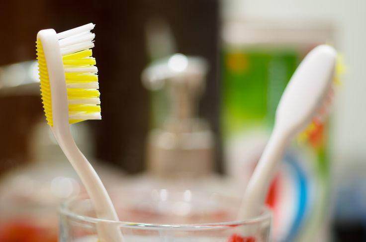Keveseknek van ideje és pénze a fogorvosra, azonban mindenki csillogó fehér fogakra vágyik. Nekik érdemes lehet otthoni fogfehérítési módszerrel próbálkozni, amihez nem kell más, csak  1 evőkanál szódabikarbóna, fél teáskanál só, fél bögre (1-3 százalékos)…