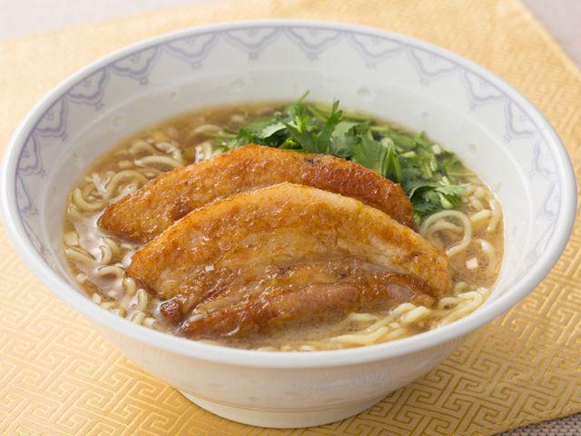 カレー粉と五香粉で香ばしく味付けしたばら肉を、味龍とオイスターソースの濃厚スープ麺にのせていただきます。