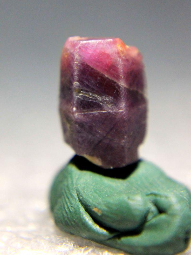 Rubí, cristal prismático, rosa violáceo. India