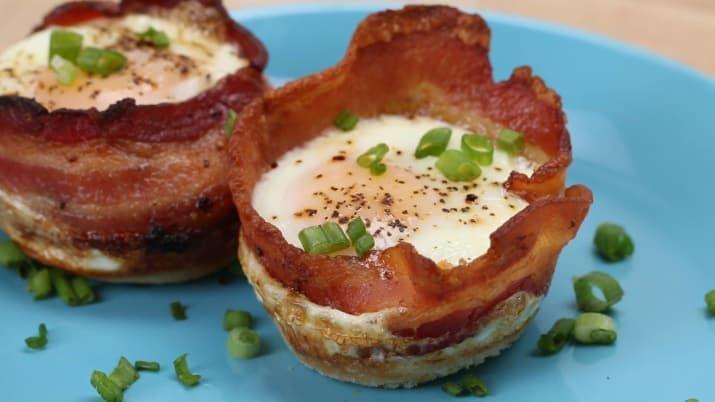 Alles was Du dafür brauchst:- Toast oder Weißbrot- Bacon- Ei- Frühlingszwiebeln- Pfeffer & SalzUnd hier die supereinfache Zubereitung.