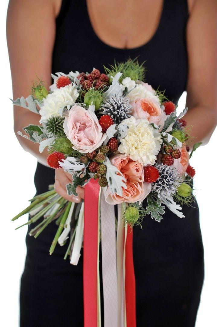 Французская роза, ягоды, коробочки нигеллы и гвоздика, Свадебное оформление и флористика, Букет невесты
