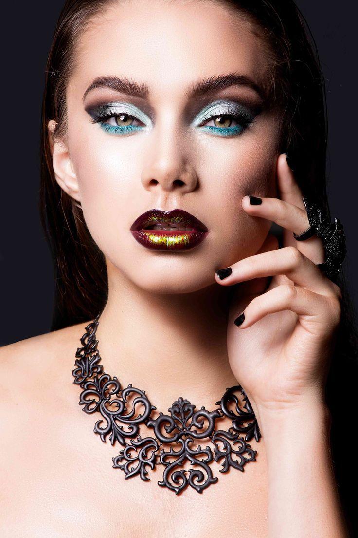 De kunst van het aanbrengen van make-up gaat terug ten minste 6000 jaar. Oude Egyptische farao's zouden speciaal opgeleide ambtenaren in dienst hebben genomen om cosmetica toe te passen om ze meer als een godin te laten verschijnen.http://bodypaint.extreme-beautylife.nl/
