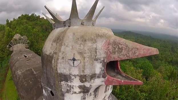 En las profundidades de los densos bosques de Java Central, se encuentra una iglesia cristiana en ruinas.. https://vademedium.wordpress.com/2015/08/01/misteriosa-iglesia-abandonada-con-forma-de-pollo-gigante/