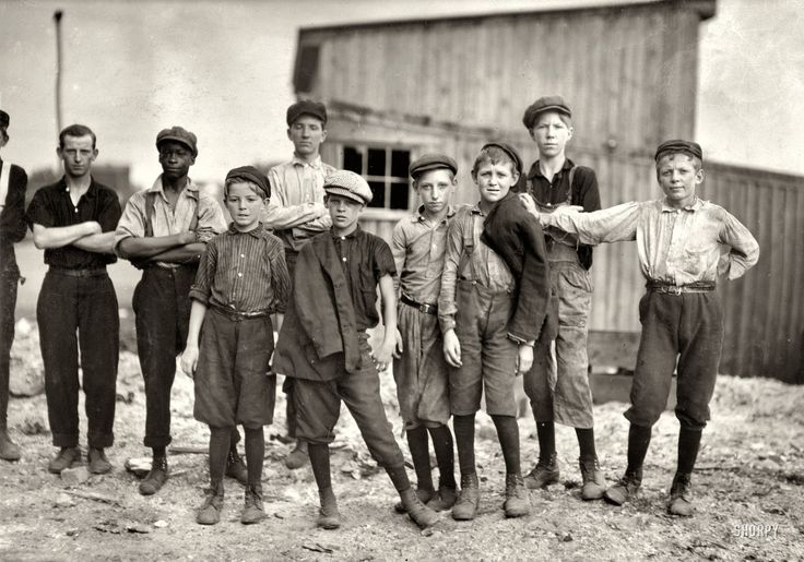 A few of the young boys working on the night shift at the alexandria glass factory | june 1911 alexandria virginia | foto: lewis wickes hine.