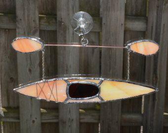 Onze meest populaire kajak!  Meer kajaks Zie paddle boards en zeil boten voor onze boten: https://www.etsy.com/shop/yingsglassstudio?section_id=19972166  Dit is een originele gebrandschilderd glas-ontwerp door Yings Glass Studio. Zie Copyright merken in de sectie Veelgestelde vragen.  Gemaakt met zon-door middel van glazen waarmee glas vorm en texturen te schitteren door op andere oppervlakken.  Afmeting: 7 X 4.5 inch (hangende).
