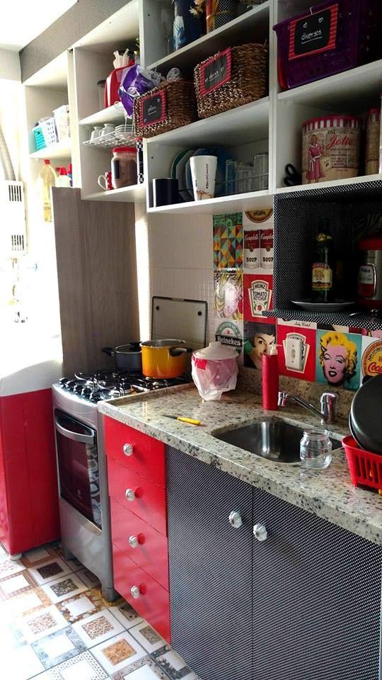 Cozinha Moderna com detalhes em preto e vermelho decorada com os adesivos de azulejo Dona Cereja, modelo Mix www.donacereja.com.br