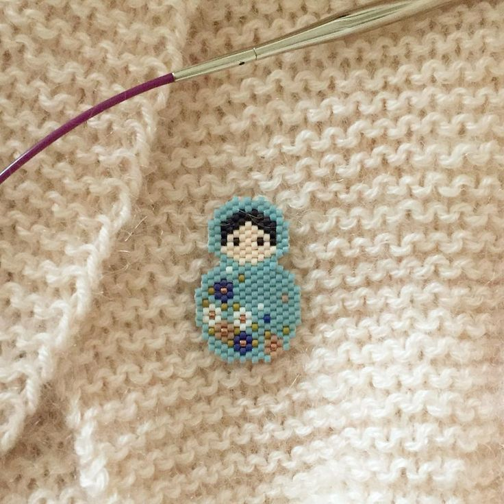 Passage obligé du petit Padawan du miyuki : la jolie poupée russe de @monpetitbazar 😊🎈🌸 Reste plus qu'à la monter en broche 😉 #miyuki #perlezmoidamour #jenfiledesperlesetjassume #poupeerusse #peyote #peyotestitch #perles #beads