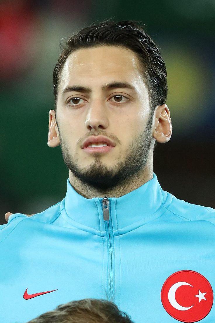 Hakan Çalhanoğlu [ˌt͡ʃalhanˈoːlu][1] (Schreibweise auch Hakan Calhanoglu; * 8. Februar 1994 in Mannheim, Deutschland) ist ein türkischer Fußballspieler, der auch die deutsche Staatsangehörigkeit besitzt. Er wird vorrangig als offensiver Mittelfeldspieler eingesetzt und gilt als Freistoßspezialist.[2] Seit der Saison 2014/15 steht er beim Bundesligisten Bayer 04 Leverkusen unter Vertrag. Von Steindy (Diskussion) 10:15, 11 April 2016 (UTC) - Eigenes Werk, CC BY-SA 3.0,