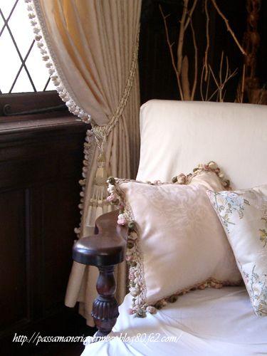 カーテン・クッション ・フェルメールのクッションカバーは、オーダーでお作りしています。サイズはもちろん、楕円など、変形の形もご相談ください。 http://www.passamaneria-vermeer.com/ ***「Chez Mimosa シェ ミモザ」 ~Tassel&Fringe&Soft furnishingのある暮らし ~ フランスやイタリアのタッセル・フリンジ・ ファブリック・小家具などのソフトファニッシングで 、暮らしを彩りましょう http://passamaneriavermeer.blog80.fc2.com/