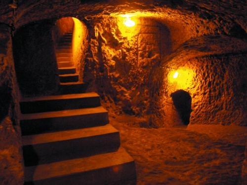 Genellikle dini ve sığınma amaçlı olarak kullanılan yeraltı şehirlerinin sayısı Bizans döneminde artmıştır. Bu dönemde başlayan Arap-Sasani akınları karşısında Kapadokya'da yaşayan Hıristiyan topluluklar sürgü taşlarını kapatarak kendilerini korurlar. Bu yapıların içerisinde hayvanlar için barınak, kilise, şarap mahzenleri, su depoları, havalandırma bacaları gibi yapılar bulunur. Özkonak, Derinkuyu, Kaymaklı gibi bölgelerdeki oluşumlar bu yapıların günümüzdeki önemli örnekleridir.
