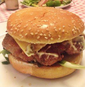 hamburgerDe meeste hamburgers zijn van rundvlees. Maar wist je dat die van varken ook erg lekker zijn? Varkensvlees is vetter en de burger blijft dus malser. Dat geeft je ook meer speling met de garing: hij droogt niet snel uit. De combinatie van varkensvlees met dragon is een succes! #Airfryer