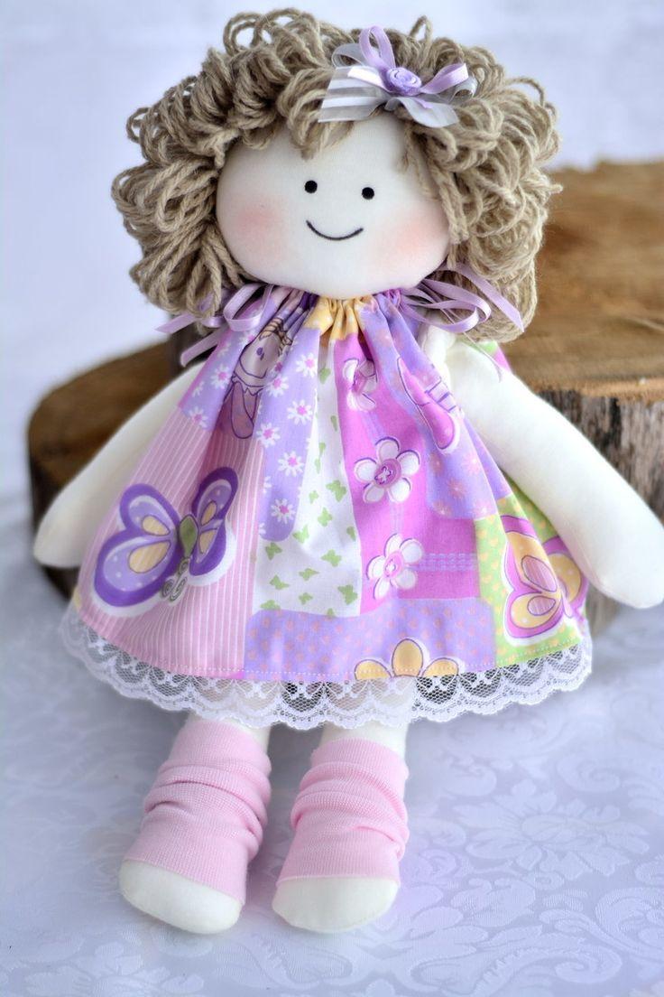 Charmosa bonequinha mede 25 cm. ideal para lembrancinhas. confeccionada em malha e tricoline, cabelos de lã e enchimento em fibra siliconada. cores variadas, escolha a sua cor favorita!