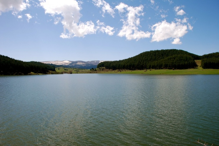 Lago Ariamacina con sfondo innevato in #Sila #Calabria