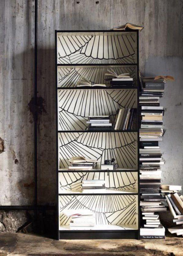 <p>Cette petite bibliothèque IKEA Billy a tout simplement été tapissée à l'intérieur avec du papier peint représentant des arbres en noir et blanc puis...