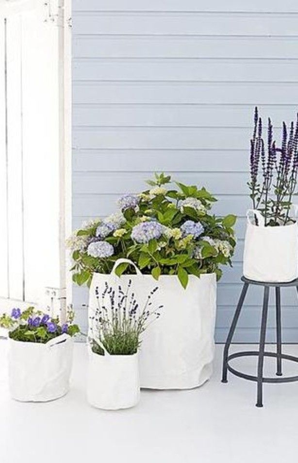 Een prachtige samenstelling van verschillende tassen met planten erin. Voor op de patio, bij de voordeur of op je terras!