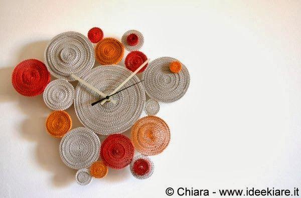 Orologio da parete fatto con cartoncino ondulato di recupero