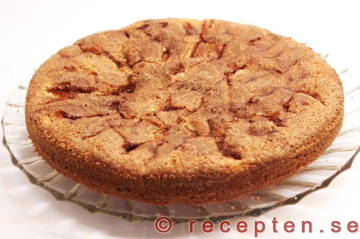 Äppelkaka - Recept på Äppelkaka. En mycket god och saftig sockerkaka med äpple och kanel. Bilder steg för steg!