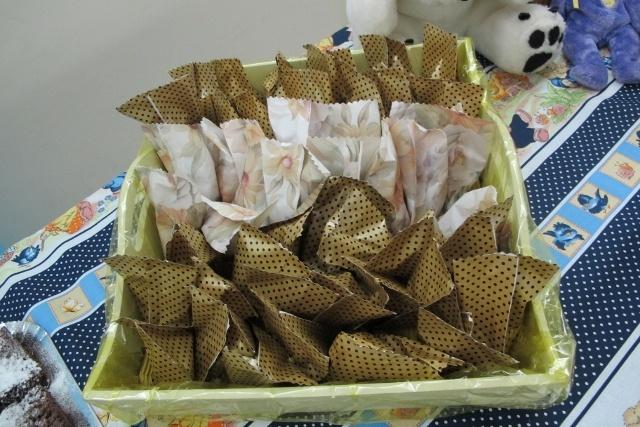 doces embalados em papel d epresente foram as lembrancinhas