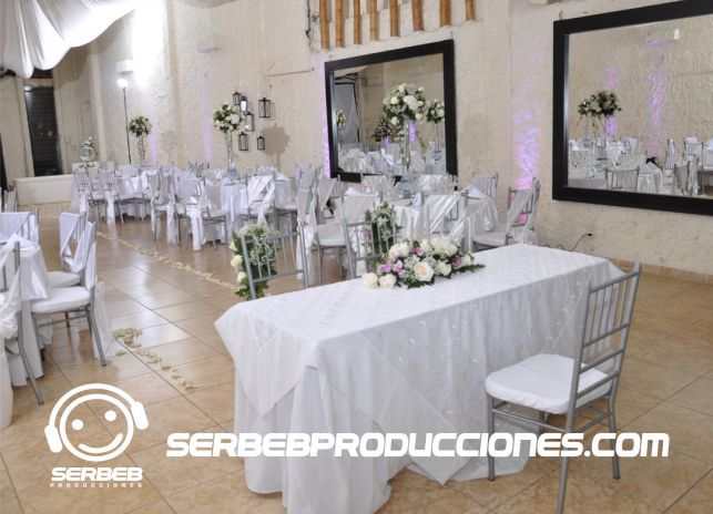 Ceremonia Cristiana ubicada en el salón del evento donde se realizo la boda, definitivamente un excelente opción.