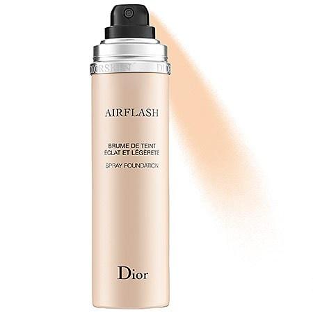 Base Dior Skin em spray: base inspirada nas técnicas de aerografia dos desfiles de moda, traz a perfeição com o máximo de naturalidade. Para um efeito mais pesado, aplique com um pincel kabuki. É suuuper prática para retoques ao longo do dia. Quanto: US$ 62,00