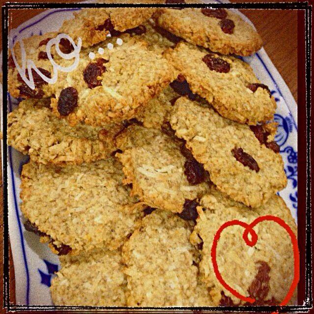 子供のバザーに出す為のクッキー試作中。アレルギーの子でも食べれるようにと卵、バターふしようで作ってみた。レーズン・ココナッツ入れて食べ応えありなクッキーに仕上がりました(^ ^) - 10件のもぐもぐ - ザクザクオートミールクッキー by なお
