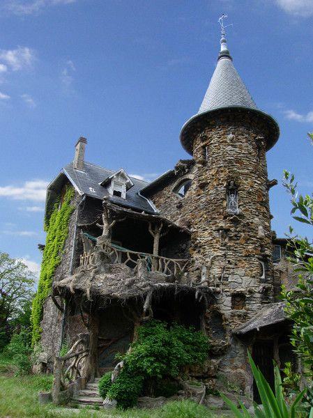 Située à Clichy sous bois dans le dept 93 , limite le Raincy , cette maison que j'avais déja photographiée en 2004 n'a rien perdu de son charme. Le printemps et l'herbe haute lui donne un petit coté abandonnée . La petite retouche du ciel a été faite par mon frère Thierry.