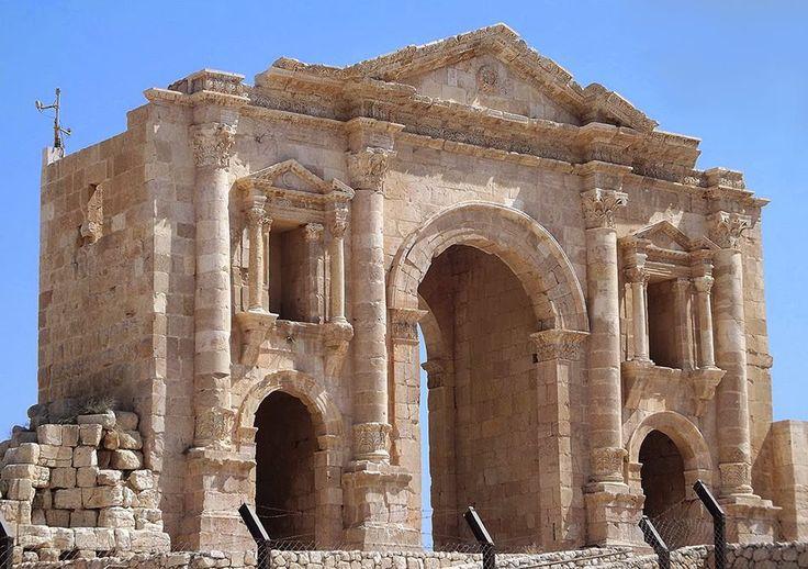 Arco de Adriano da antiga Gerasa (hoje Gérasa na Jordânia) erguido em honra do imperador durante a sua visita em 129 D.C.