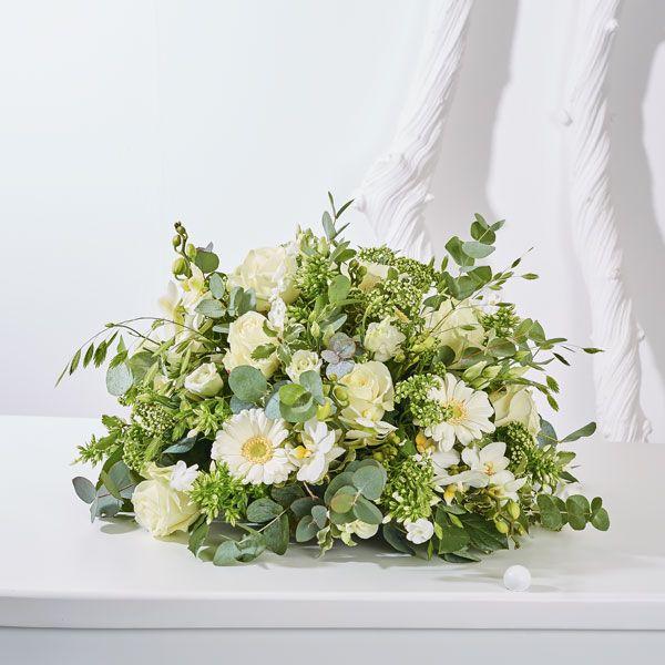 Biedermeier/Druppel Luxe. Rouwstukken, rouwboeketten en troostboeketten worden over het algemeen gestuurd door mensen, die niet tot de directe familie behoren. Door bloemen te sturen betuigt u op een gepaste manier uw medeleven aan de overledene of directe familie. Gemaakt door Afscheid met Bloemen.