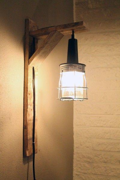 Prachtige en originele wandlamp die het erg goed doen bijvoorbeeld naast je bed, in de hal, of gewoon pontificaal in de woonkamer aan de muur. Fraaie combinatie van sloophout en industriele look...