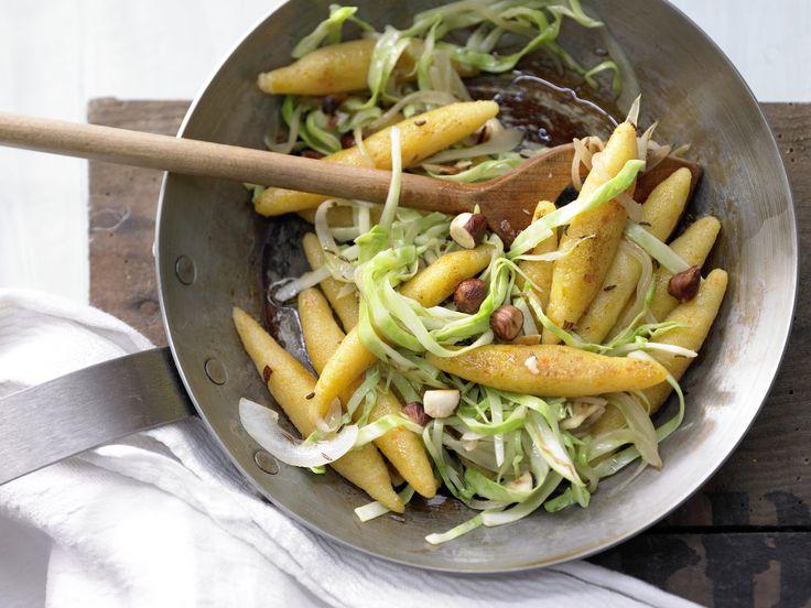 Möhren-Schupfnudeln mit Haselnüssen und Weißkohl   Kalorien: 348 Kcal - Zeit: 1 Std. 10 Min.   http://eatsmarter.de/rezepte/moehren-schupfnudeln