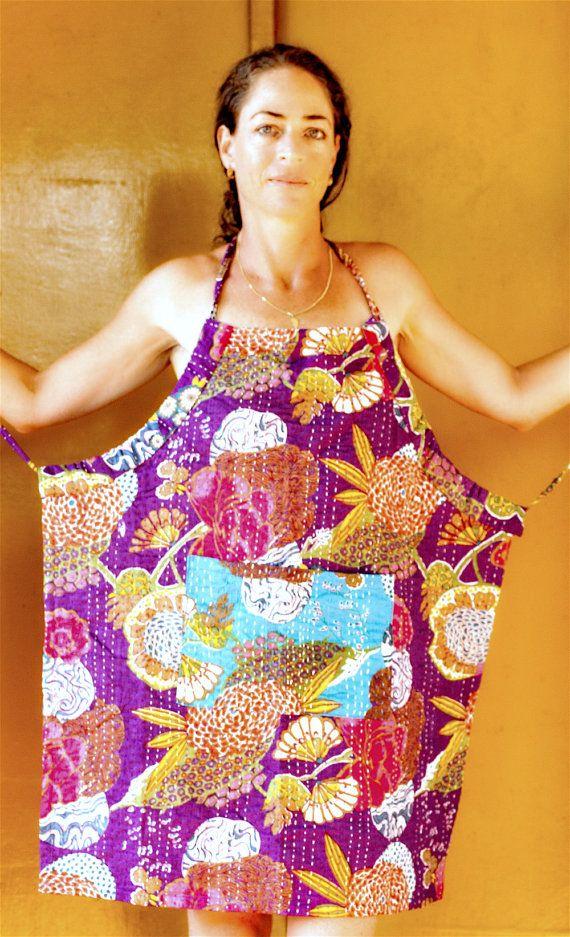 Dit schort/schort zal het maken van een gelukkig kleurrijke toevoeging aan uw keuken of tuin. De stof is is echt uniek met het hand gewatteerde katoen. Het is perfect comfortabel met de instelbare schort snaren, en heeft een handige grote zak aan de voorzijde perfect voor hulpmiddelen of wat ooit anders u wellicht om daar te zetten. Stof: 100% katoen, Kantha Quilt katoenen deken, sari Indiase quilt, hand geborduurd van de Indiase stad - Jaipur. ❤❤❤❤❤❤❤❤❤❤❤❤❤❤❤❤❤❤❤❤❤❤❤❤ Verzorgen van...